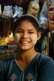 Frau mit thanaka auf ihrem Gesicht auf Myanmar Stockfotografie