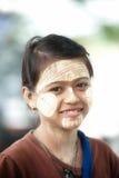Frau mit thanaka auf ihrem Gesicht auf Myanmar Stockfotos