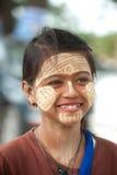Frau mit thanaka auf ihrem Gesicht auf Myanmar Lizenzfreie Stockbilder