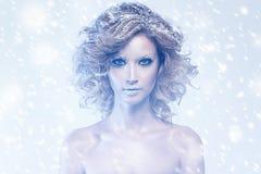 Frau mit Thema des gelockten Haares und des Winters Lizenzfreie Stockfotografie