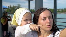Frau mit Tochter auf Pier stock video