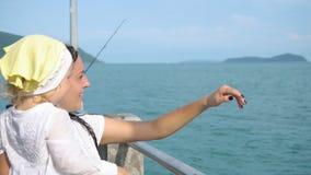Frau mit Tochter auf Pier stock footage
