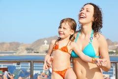 Frau mit Tochter auf Plattform des Kreuzschiffs Lizenzfreies Stockfoto