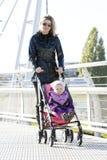 Frau mit toddle Lizenzfreie Stockbilder