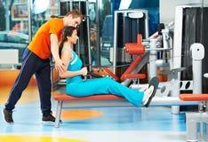 Frau mit Trainer am Trainingssimulator Stockbild