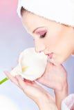 Frau mit Tuch auf Hauptholdingblume stockbild
