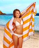 Frau mit Tuch am Strand Stockfotografie