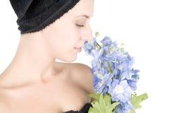 Frau mit Tuch um Haarholdingblumen Stockbilder