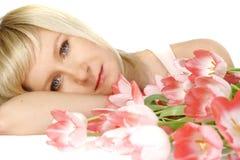 Frau mit Tulpen Lizenzfreies Stockfoto