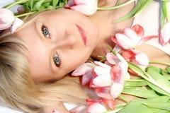 Frau mit Tulpen Stockfotos