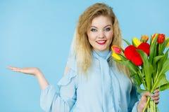 Frau mit Tulpenbündel, offene Hand Lizenzfreies Stockbild