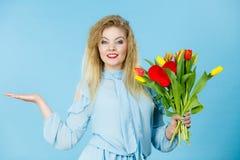 Frau mit Tulpenbündel, offene Hand Lizenzfreie Stockbilder