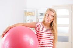Frau mit Turnhallenball Stockfoto