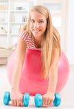Frau mit Turnhallenball Lizenzfreie Stockbilder