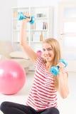 Frau mit Turnhallenball Lizenzfreies Stockfoto