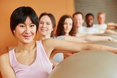 Frau mit Turnhallenball in pilates Klasse Stockfotografie