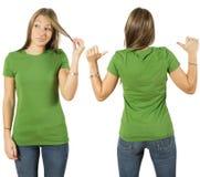 Frau mit unbelegtem grünem Hemd stockfotografie