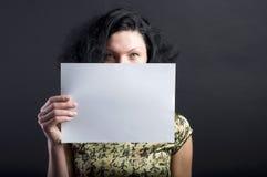 Frau mit unbelegtem Papier Stockfoto