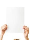 Frau mit unbelegtem Papier Stockfotografie