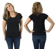 Frau mit unbelegtem schwarzem Hemd Stockbilder