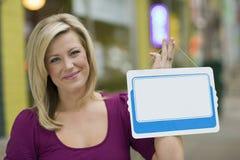 Frau mit unbelegtem weißem Zeichen für Text Stockfotos