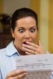 Frau mit unbezahlten Rechnungen Stockfotografie