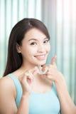 Frau mit unsichtbaren Klammern lizenzfreie stockbilder