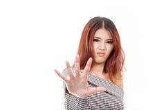 Frau mit verärgertem Stimmungsvertretungshalt, Ausschuss, Abfall, verbieten, nega stockfotografie