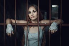 Frau mit Verbänden auf seinen Händen stockfoto