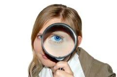 Frau mit Vergrößerungsglas Lizenzfreie Stockfotografie