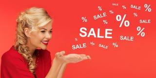 Frau mit Verkauf und Prozentsatz unterzeichnet vorbei Rot Lizenzfreies Stockfoto