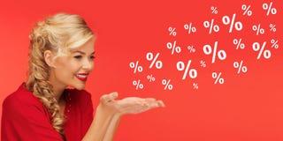 Frau mit Verkauf und Prozentsatz unterzeichnet vorbei Rot Lizenzfreie Stockfotos