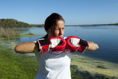Frau mit Verpacken-Handschuhen Stockbilder