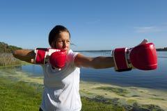 Frau mit Verpacken-Handschuhen Stockfoto
