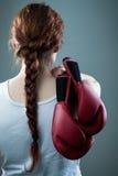 Frau mit Verpackenhandschuhen Stockfoto