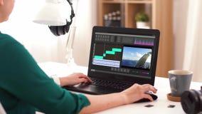 Frau mit Videotexteditorprogramm ?ber Laptop zu Hause stock video footage