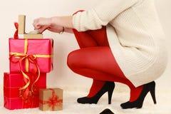 Frau mit vielen Geschenkboxen, die goldenen Kasten mit Juwel öffnen, perlt stockbilder