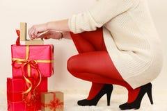 Frau mit vielen Geschenkboxen, die goldenen Kasten mit Juwel öffnen, perlt lizenzfreies stockfoto