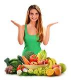 Frau mit Vielzahl des Frischgemüses und der Früchte stockbild