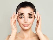 Frau mit vier Augen Verkauf, doppelter Rabatt oder schwierig wählen lizenzfreie stockfotografie