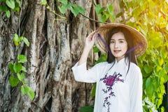 Frau mit Vietnam-Kulturtrachtenkleid lizenzfreie stockfotos