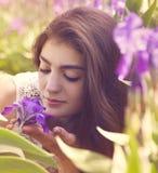 Frau mit violettem Garten der Blumen im Frühjahr Stockfotografie