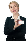 Frau mit Visitenkarte Lizenzfreie Stockbilder