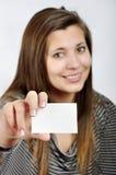 Frau mit Visitenkarte Stockbild