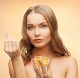 Frau mit Vitaminen stockfoto