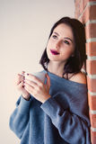 Frau mit von des Kaffees oder des Tees Stockfoto