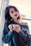 Frau mit von des Kaffees oder des Tees Stockfotografie