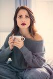 Frau mit von des Kaffees oder des Tees zu Hause Lizenzfreies Stockfoto