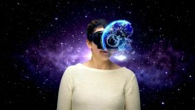 Frau mit vr Kopfhörer im virtuellen Raum stock video