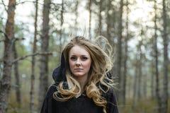 Frau mit in Wald Lizenzfreies Stockfoto